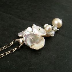 delikatny,perłowy,płatki keshi - Wisiory - Biżuteria